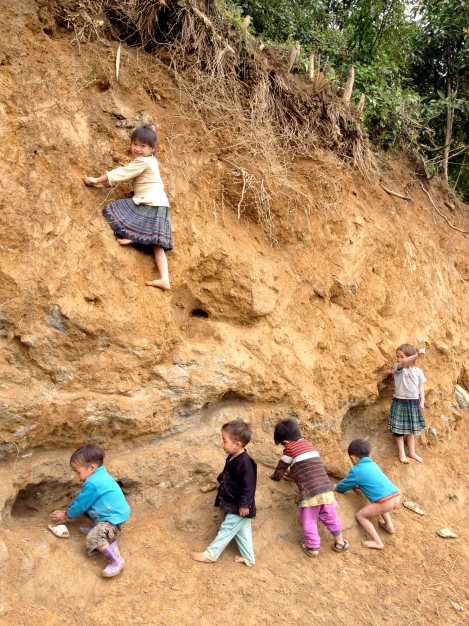 Vietnam_Sapa_children_climbing
