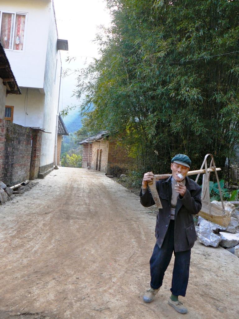 Yangshuo_Li_River_Hike_Smoking_Papy